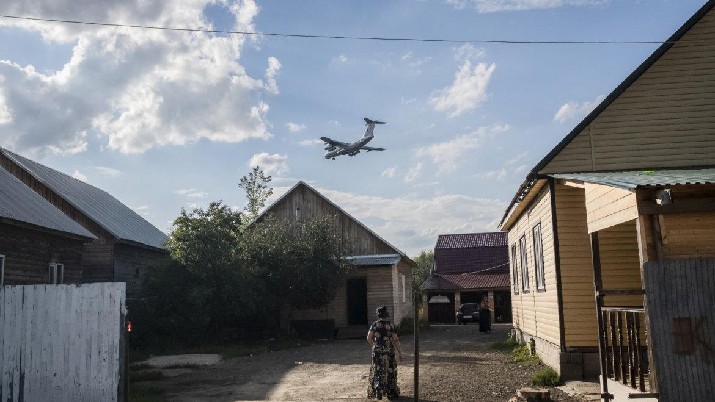 Табор на земле и самолеты в небе